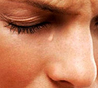 Imagen de un hombre derramando lágrima