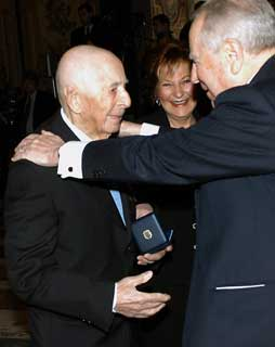 Carlo Orelli with President Ciampi, at the  awards ceremony on his 109th birthday