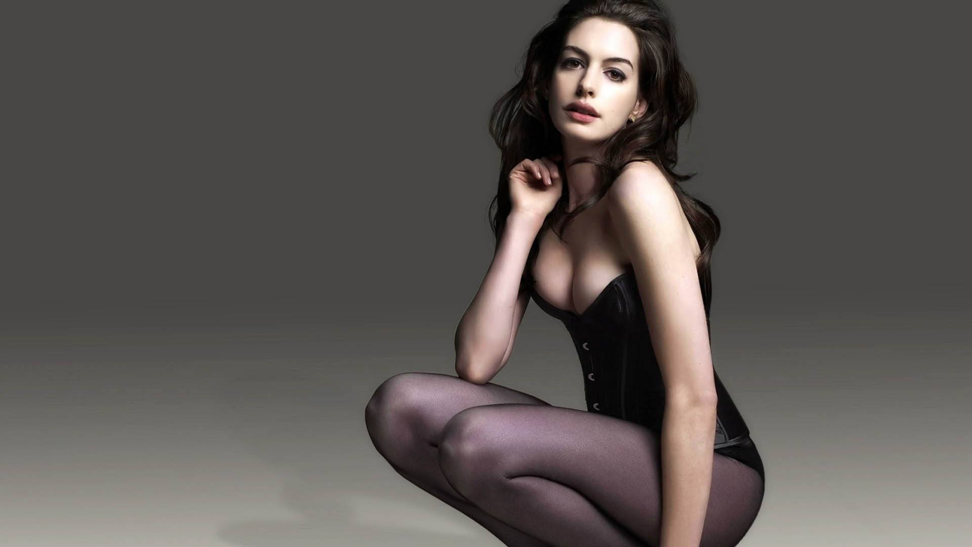 Anne Hathaway Sexy Cleavage Photos   Glamourous Photoshoot Images