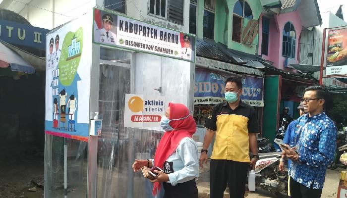 Lindungi Pedagang dan Pembeli, Pemkab Barru Pasang Bilik Disinfektan di Pasar
