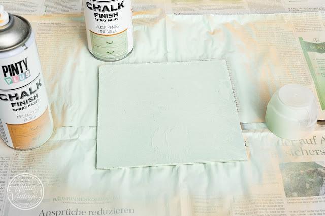 Wandkarton mit Kreidefarbe lackieren.