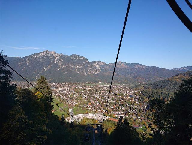 Blick auf das Tal Garmisch von der Eckbauerbahn Kabine aus