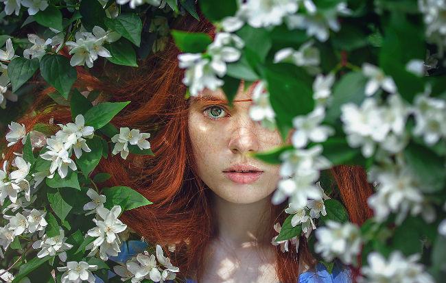 Donna che cura l'ansia con i rimedi naturali