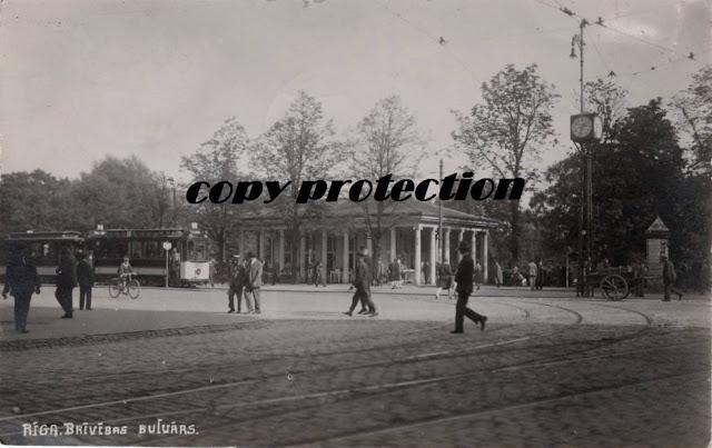 """1928 год. Рига. Перекресток бульваров Бастея и Бривибас. """"Часы Вецкалнса"""" с четырьмя циферблатами на железной оси возле Колоннадного киоска."""