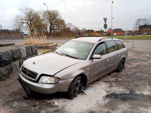 Auto vadītājs avarē rotācijas aplī Daugavpilī 2