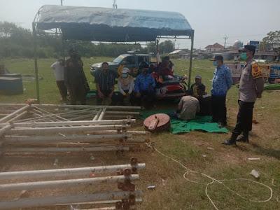 Satgas Covid-19 Kecamatan Cilamaya Wetan saat meminta pedagang pasar malam membongkar lapaknya.