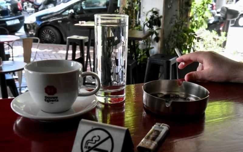 Αντικαπνιστικός: Δείτε τα πρόστιμα για καπνιστές και μαγαζιά – Από 100 ευρώ