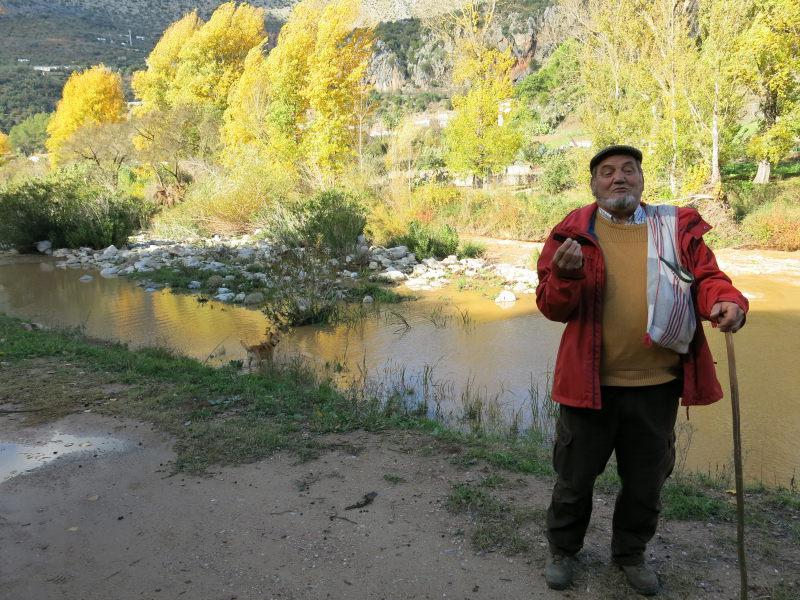 Explicación junto a río. Actividad sensibilización. Serranía Ronda