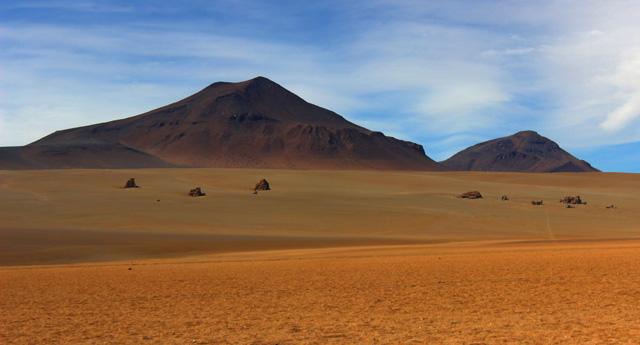 El Desierto de Dalí, un conjunto de rocas volcánicas en medio del desierto Pampa Jara