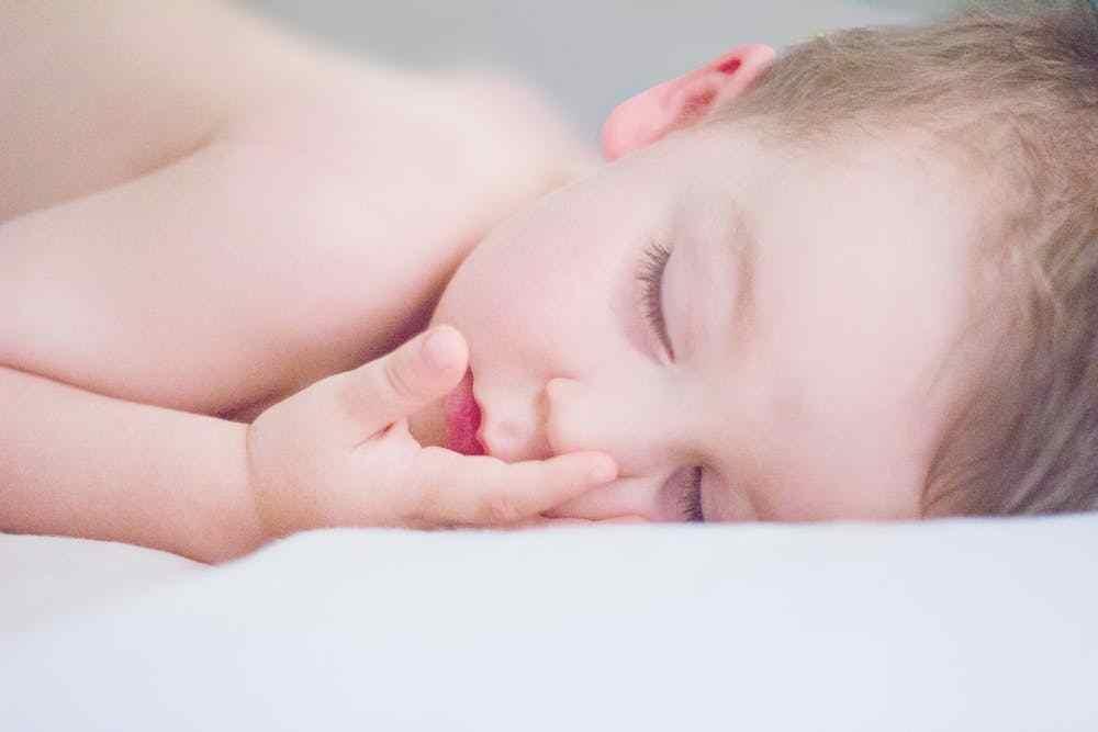 اسباب خروج دم مع البراز دون الم عند الاطفال
