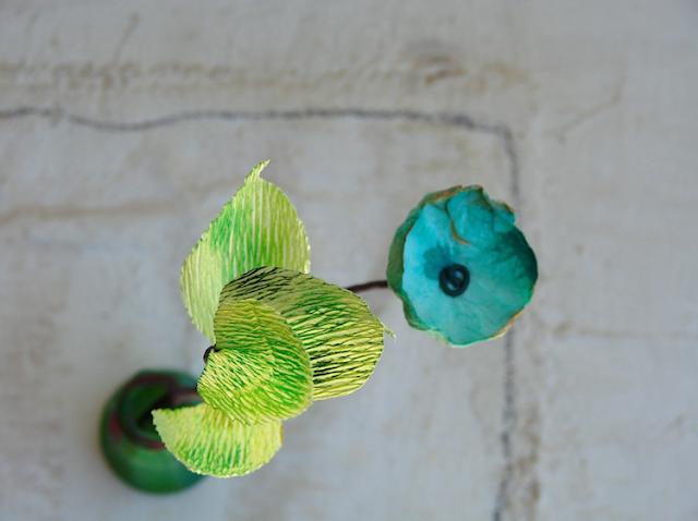 composizione fatta a mano per matrimonio green con fiori di carta
