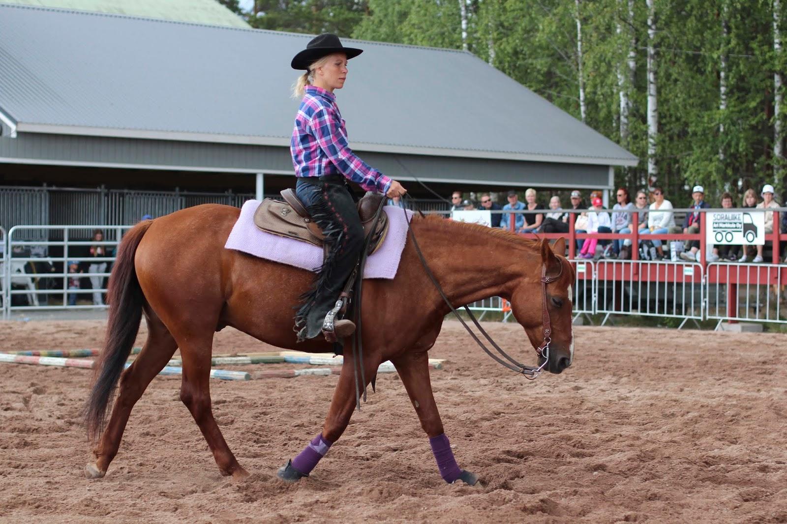 Sanna Liimatainen esittelee lännenratsastusta Okrassa 2019