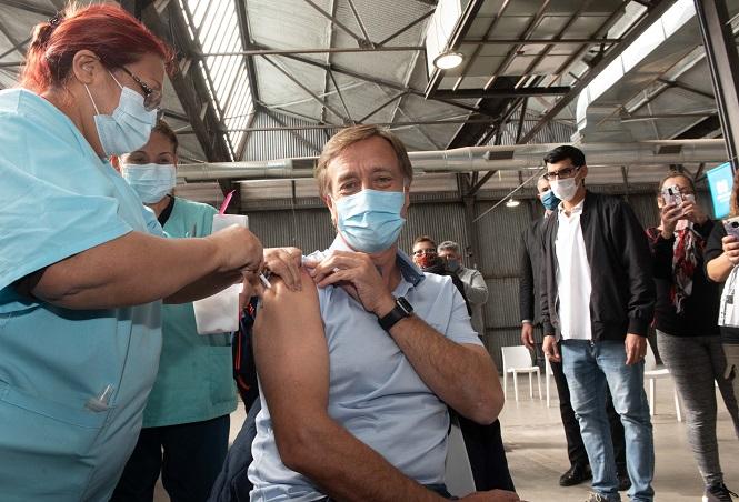 El Gobernador se vacunó contra el coronavirus y les pidió a los mendocinos que se inscriban cuando sea su turno