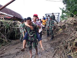 Prajurit 726 Tamalatea Bantu Korban Banjir di Daerah Terisolir Jenenponto