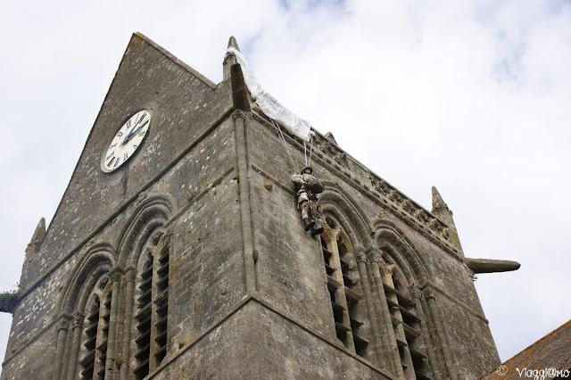 Manichino sulla chiesa di Sainte Mere Eglise