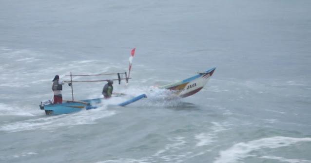 Perahu Mati! Dua Nelayan di Kuta Lombok Tengah Terombang Ambing Sampai Perairan Bali