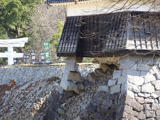 地震で土台の石垣が崩れた熊本城の戌亥櫓