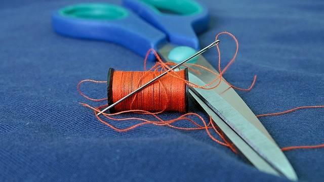 Linha, agulha e tesoura