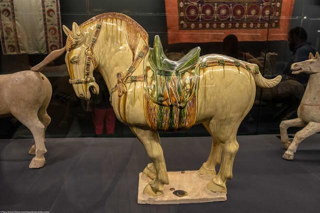 Cavalo de Fergana, cerâmica com glasura policromada, China, dinastia Tang (618-907)
