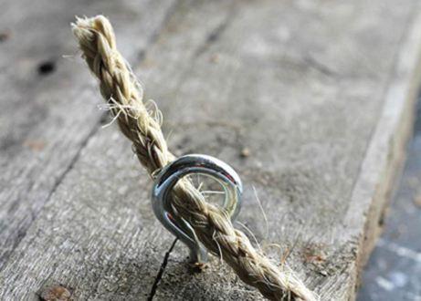 40342e96eff4 Για να μπορέσετε να κρεμάσετε το ράφι σας θα πρέπει να κάνετε τρύπες στις  γωνίες του και νε περάσετε από αυτές το σκοινί.