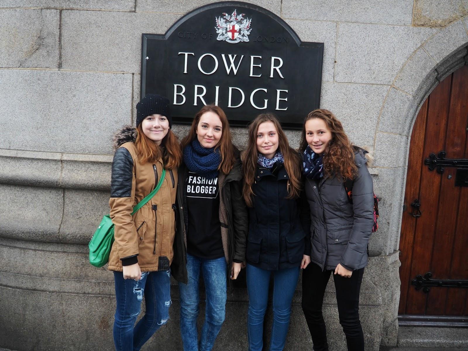 Naše skupina na zájezdu v Londýně u Tower Bridge