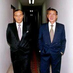 Foto de Alberto Fujimori caminando con Vladimiro Montesinos