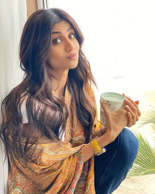 Shilpa Shetty shivering from the cold while shooting, openly abused the director, watch the video here 3