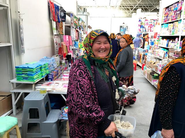 トルクメニスタンの地方で開かれていた青空市場にて、民族衣装を身にまとった笑顔の素敵なお婆ちゃん