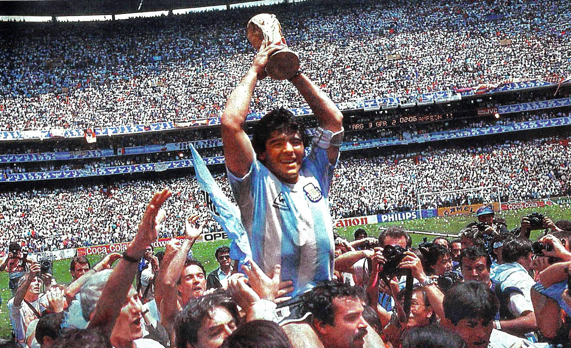 El 10 de la Argentina levanta la Copa FIFA de 1986 y con ello logra que todo un país lo considere como un dios / EL GRÁFICO
