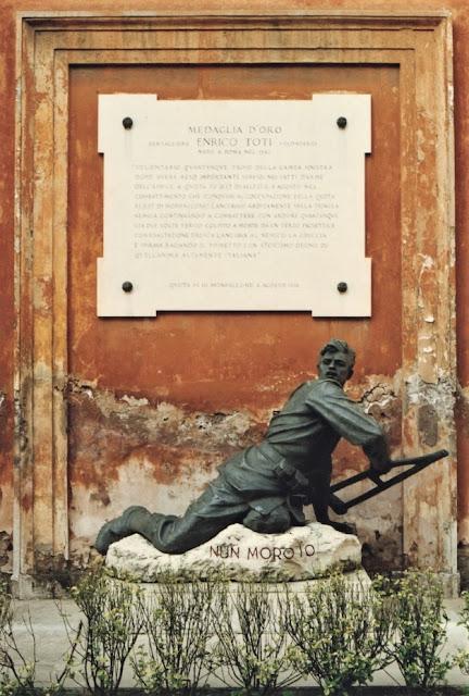 Estátua em homenagem à Enrico Toti, na Porta Pia de Roma, Itália.