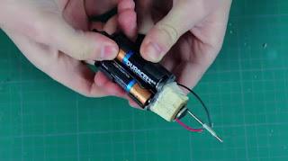 Solder Mini Buatan Sendiri dari Baterai AA