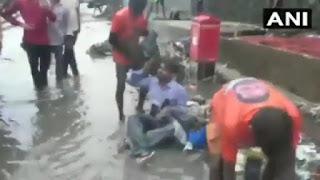 #JaunpurLive :जब शिवसेना विधायक ने कॉन्ट्रेक्टर को गंदे पानी में बैठाकर डाला कचरा