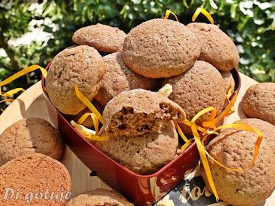 Ciastka z kakao i liofilizowanymi owocami (ananas, truskawka)