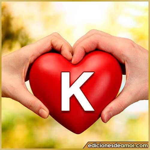 corazón entre manos con letra K