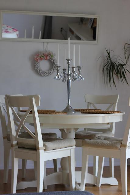 drewniana ściana w salonie, deski na ścianie, witryna Hemnes Ikea, szafka rtv Hemnes Ikea, stolik Isala Ikea, stół Ingatorp Ikea, krzesła Ingolf Ikea, lustro nad stołem