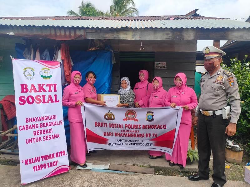 Santuni Kaum Duafa, Jajaran Polsek dan Bhayangkari Ranting Bukit Batu Lakukan Bakti Sosial Serentak