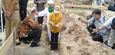 Peletakkan Batu Pertama Gedung BLK Pondok Pesantren Tahfidz dan Dakwah La-Roiba oleh Ir. Hj. Sri Meliyana