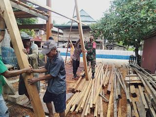 Bhabinkamtibmas Bersama Babinsa  Bantu Warga Binaanya Yang Sedang Bangun Rumah.