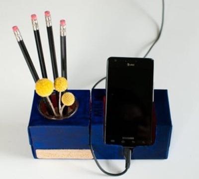 Tempat pensil dan handphone stand terbuat dari karton bekas susu kotak
