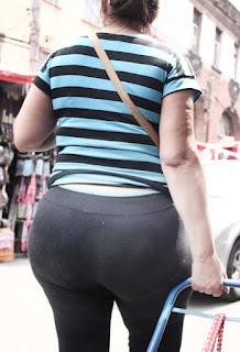Guapa mujer leggins apretados