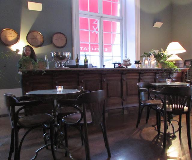 café parisiense na exposição Suite Vollard