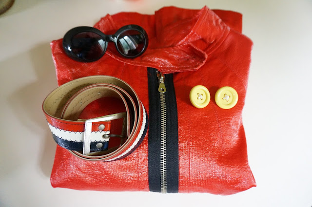 un paletot (Zara) en vinyl vendu il y a une dizaine d'années et repris aujourd'hui en brocante  des lunettes de soleil Charles Jourdan , des boucles d'oreille bouton et une ceinture tricolore  orange red vinyl swing jacket , 70s earrings button shape, patriotic belt , Charles Jourdan sunglasses 1960s 60s mod 1970s 70s