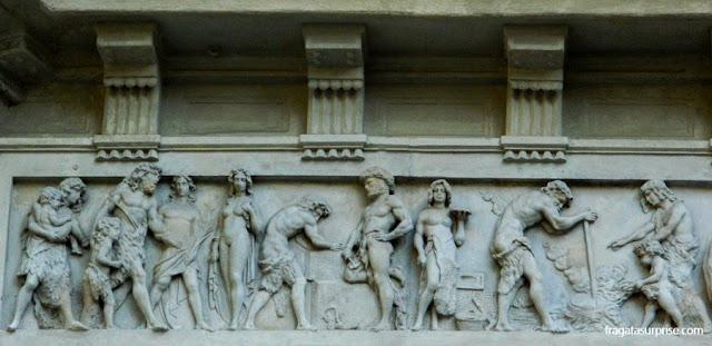 Friso na fachada de um edifício do Passeig de Gràcia
