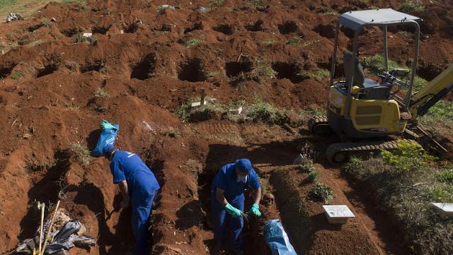 Desentierran muertos en cementerios de Brasil para generar más espacio para las víctimas del covid-19