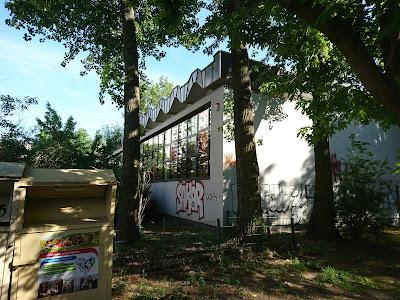 DDR-Sporthalle in der Weinstraße Friedrichshain.Graffitti-übersäht. Die Merkmale der Ostmoderne im Bau sind zu erkennen.