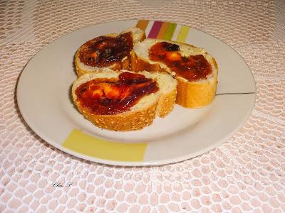 Πιάτο με 3 φετουλες ψωμί με μαρμελάδα δαμάσκηνο πάνω σε ωραιο πλεκτό τραπεζομάντηλο