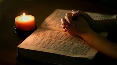 imagem de uma vela e bíblia sagrada