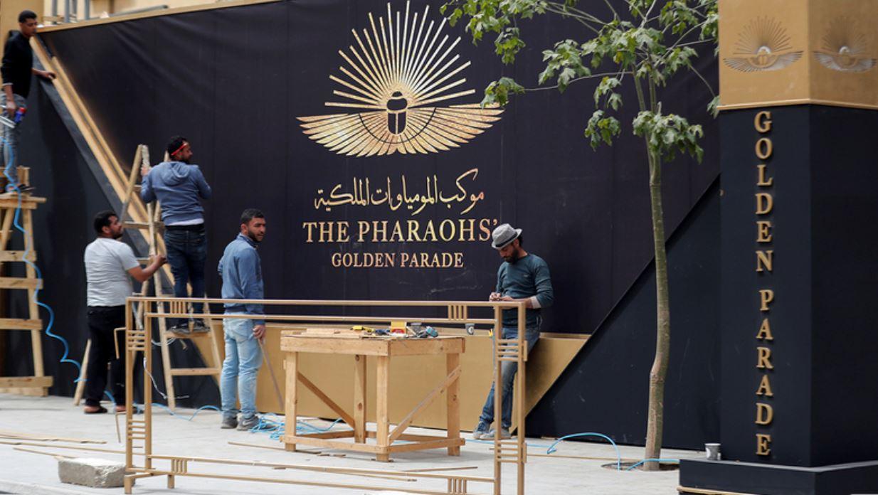 القاهرة تتزيّن استعداداً لموكب ملوك مصر المهيب