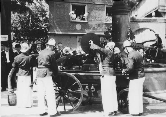Die Freiwillige Feuerwehr Bensheim 1957 am Hospitalbrunnen, Foto: Jürgen Stoll-Berberich
