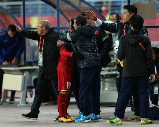 HLV Park Hang Seo chỉ đạo như Sir Alex, cãi nhau tay đôi với HLV Úc 8